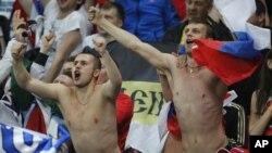Российские болельщики во время матча «Россия - Чехия». Вроцлав, Польша, 8 июня 2012 года