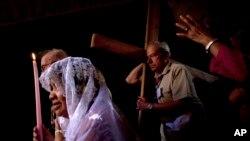Các tín đồ đến từ mọi miền thế giới đã rước đàng thánh giá, đi lần theo con đường Chúa Giê-su đã đi qua trước khi bị đóng đinh. (AP Photo/Sebastian Scheiner)
