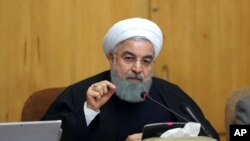 Prezidan Iranyen an, Hassan Rouhani, ki t ap pale pandan yon konsèy dè minis Teyeran, Iran.