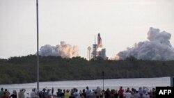 Phi thuyền con thoi Endeavour được phóng đi từ Trung tâm Không gian Kennedy trong bang Florida