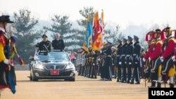 美国国防部长马蒂斯和韩国防长韩明科在韩国国防部检阅仪仗队(2017年2月3日,美国国防部图片)