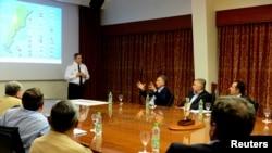 阿根廷總統馬克里與海軍總參謀長馬塞洛斯洛爾(站立者)談話