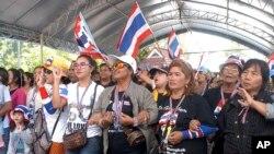 Người biểu tình chống chính phủ hô khẩu hiệu trong cuộc biểu tình phản đối cuộc bầu cử tại huyện Hat Yai, tỉnh Songkhla, miền nam Thái Lan, ngày 2/2/2014.