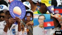 ບັນດາຜູ້ສະໜັບສະໜຸນ ທ່ານ Sam Rainsy ພາກັນລໍຖ້າຮັບຕ້ອນ ການກັບຄືນມາ ບ້ານເກີດເມືອງນອນທີ່ເດີ່ນເຮືອບິນ