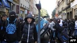 Các thanh thiếu niên Pháp lật đổ một chiếc xe trên đường phố ở Lyon, miền trung nước Pháp, ngày 21/10/2010