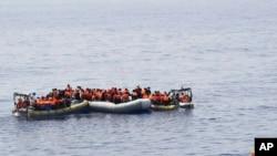 意大利海军最新照片显示,横渡地中海的移民在海上被救起。生还者说,三天来700多人死于沉船事件,数千人被救起。