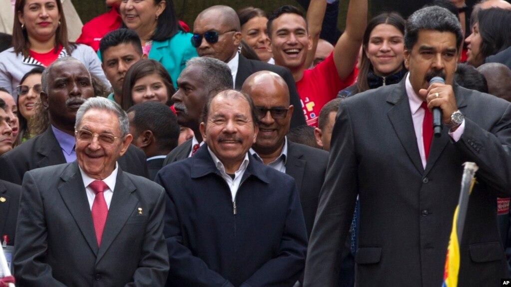 Бывший лидер Кубы Рауль Кастро, президент Никарагуа Даниэль Ортега и Николас Мадуро в Каракасе, Венесуэла, 5 марта 2018 года