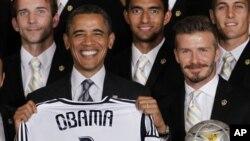 Presiden Obama saat menerima David Beckham dan klub LA Galaxy di Gedung Putih (15/5).