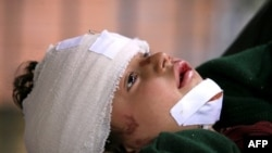 Một bé gái bị thương trong vụ nổ bom tại một đền thờ ở Nowshera đang được chữa trị trong bệnh viện
