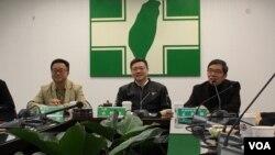 民進黨黨主席卓榮泰(中)2019年1月22日與外媒座談(美國之音許寧攝影)