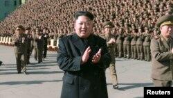 북한 조선중앙TV는 6일 김정은 국방위원회 제1위원장이 지난 3-4일 열린 '대대장·대대정치지도원대회'에서 걷는 모습이 담긴 영상을 공개했다. 영상 속의 김 제1위원장은 지팡이 없이 걷기는 했지만 여전히 왼쪽 다리를 절었다. 사진은 지난 4일 '대대장·대대정치지도원대회' 참가자들과 기념사진을 찍으러 가는 김정은 제1위원장.