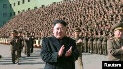 朝鲜官方朝中社公布的这张未注明日期的照片显示领导人金正恩视察朝鲜人民军