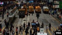 Полиция полностью расчистила от палаточного лагеря проезжую часть на улице Козвэй-Бэй. Гонконг. 15 декабря 2014 г.