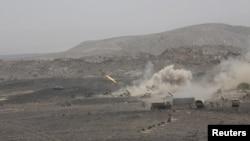 Leşkerên Yemenî weşartgehên mîlîtanên El Qaydê topbaran dikin