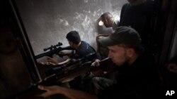 Tentara Pembebasan Suriah mencari target dalam bangunan yang dibom di distrik Saif Al Dula, Aleppo. (Foto: AP)