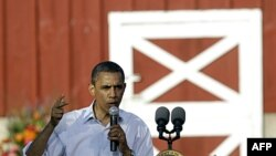 Prezident Barak Obama Ayova shtatining Dekora shahrida saylovchilar oldida so'zlamoqda
