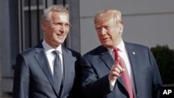 도널드 트럼프 미국 대통령과 옌스 스톨텐베르크 나토 사무총장이 11일 브뤼셀에서 조찬회동에 앞서 대화하고 있다.
