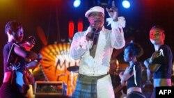 Koffi Olomidé en concert à Dakar le 30 avril 2005.