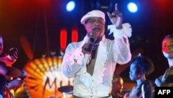 Alanga nzembo Koffi Olomide, kati na babini wa ye na concert na stade Mar Diop, Dakar, Sén♪0gal, 30 avril 2005.