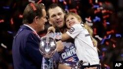 Tom Brady de los Patriots de Nueva Inglaterra sostiene a su hija, Vivian, después del juego del Súper Bowl 53 de la NFL fremte a Los Angeles Rams, el domingo, 3 de febrero de 2019, en Atlanta.