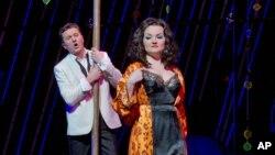 Фото: Оксана Волкова – Маддалена, Герцог – Петр Бечала. «Риголетто». Courtesy Metropolitan Opera