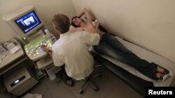 Hay una escasez de médicos y mucho más de aquellos que puedan hablar español y servir a la población hispana.