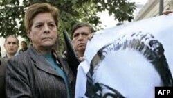 Член компартии Чили с портретом Сальвадора Альенде