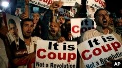 Người ủng hộ Tổng thống bị lật đổ Mohamed Morsi hô khẩu hiệu chống lại Tướng Abdel-Fattah el-Sissi tại Nasr City, ngày 28/7/2013.