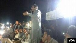 محسن داوړ د میرعلي احتجاجي ناستې ته وینا کوي.