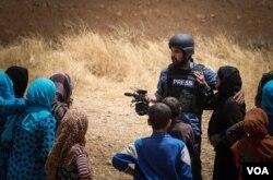 27일 시리아 북부도시 카미실리에서 발생한 폭탄테러로 부상당한 미국의 소리(VOA) 쿠르드어 방송 자나 오마르(가운데) 기자. (자료사진)