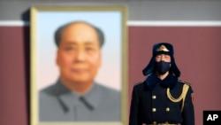 Một thành viên lực lượng an ninh Trung Quốc ở Quảng trường Thiên An Môn.