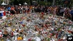 Flores e velas em memória das vítimas do ataque de Nice