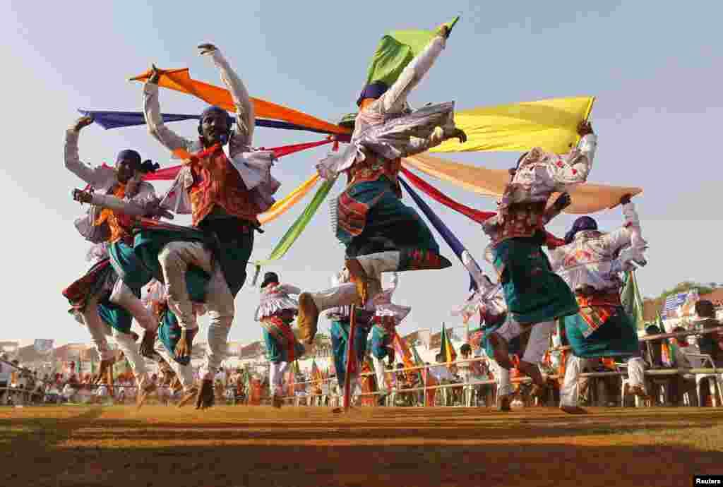 Những người ủng hộ đảng đối lập chính của Ấn Độ Bharatiya Janata trình diễn điệu nhảy dân gian tại một cuộc tập họp chào mừng 33 năm ngày thành lập đảng tại thành phố Ahmedabad, miền tây Ấn Độ.