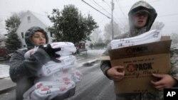 Para relawan membagi-bagikan selimut yang disumbangkan Palang Merah AS kepada para pengungsi dan korban badai Sandy yang masih hidup tanpa pemanas ruangan (7/11).