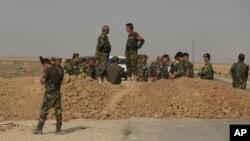 Para pejuang Kurdi Peshmerga siaga di garis depan menghadapi militan ISIS di Irak utara (foto: dok).