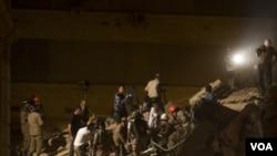 Regu penyelamat masih terus mencari korban yang mungkin masih terkurung di balik reruntuhan gedung (Foto: dok).