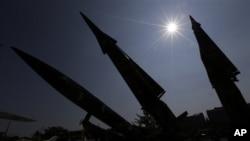 Gambar bayangan tugu misil di Museum Peringatan Perang Korea di Seoul, Korea Selatan (7/10), Pemerintah Korea Selatan mengumumkan kesepakatan dengan AS untuk menambah jangkauan sistem rudal Seoul.