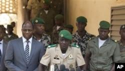 Pemimpin Kudeta Mali, Amadou Haya Sango (tengah) didampingi Menlu Burkina Faso Djibril Bassole (kiri) memberikan keterangan press di Kati, Mali (1/4). Sanogo mengumumkan akan ada Konvensi Nasional untuk pemilu Mali.