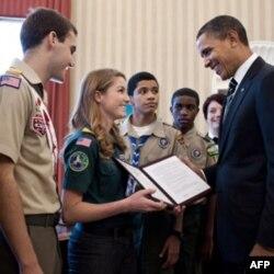 Prezident Barak Obama Amerika qiz va o'g'il bola skautlar bilan, Oq Uy, 2011