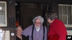 """菲利普·锡尔夫妇和""""东北西雅图聚合""""组织负责人朱迪·金尼(右)道别"""