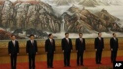 中共政治局七常委集體亮相。左起:張高麗,劉雲山,張德江,習近平,李克強,俞正聲,王岐山