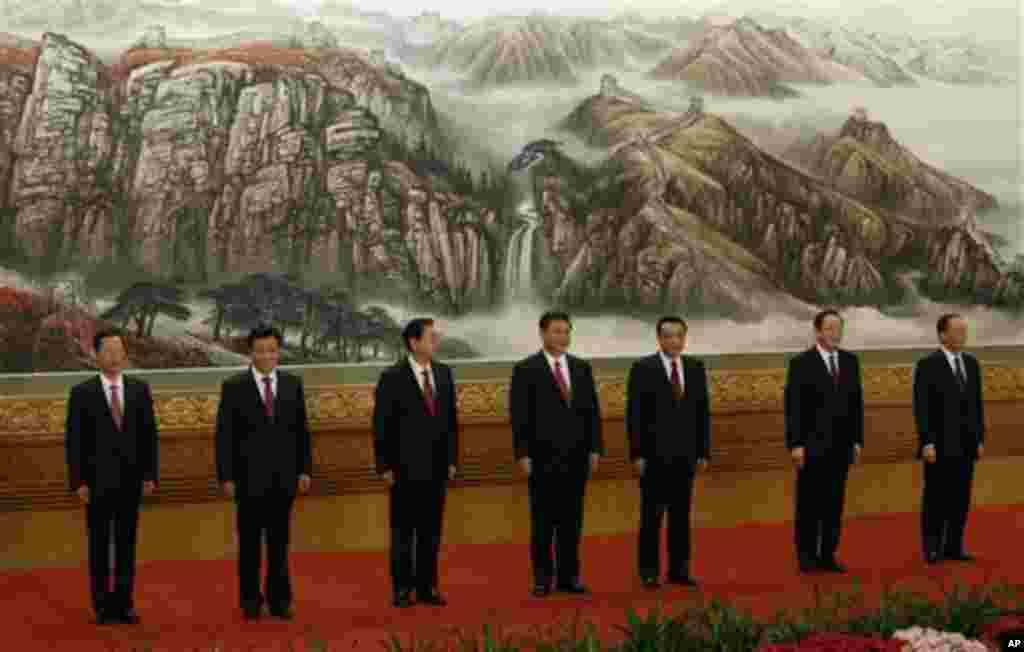 11月15日,中共18大结束后,习近平、李克强等七名新一届中共中央政治局常委与媒体首次见面。胡锦涛卸去了党和军队的最高职务。(美联社照片)