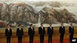 中共政治局七常委集体亮相。左起:张高丽,刘云山,张德江,习近平,李克强,俞正声,王岐山