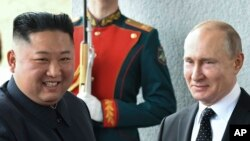 Tổng thống Nga Vladimir Putin (phải) và lãnh đạo Triều Tiên Kim Jong Un (trái).