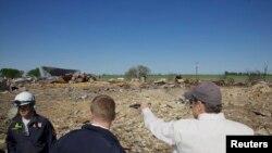 El desconcierto por la tragedia y el número de víctimas es enorme. La zona de la planta es área de desastre. El gobernador Rick Perry inspecciona el área.