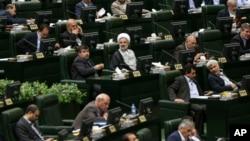 ບັນດາສະມາຊິກສະພາ ອີຣ່ານ ເຂົ້າຮ່ວມໃນພິທີເປີດສະພາ ເພື່ອເລືອກເອົາປະທານສະພາຊົ່ວຄາວ ໃນນະຄອນຫຼວງ Tehran, ປະເທດ ອີຣ່ານ , 29 ພຶດສະພາ, 2016.