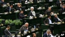 Các nhà lập pháp Iran tham dự phiên họp của quốc hội, ngày 29/5/2016.