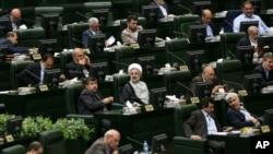 Anggota parlemen Iran menghadiri pertemuan untuk memilih ketua parlemen di Teheran, Iran, Minggu, 28 Mei 2016.