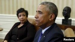 اوول آفس میں سابق صدر اوباما کے عقب میں مارٹن لوتھر کنگ جونیئر کی مورتی (فائل فوٹو)