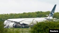 El avión de la Pakistan International Airlines en la pista del aeropuerto de Stansted, en el sur de Inglaterra.